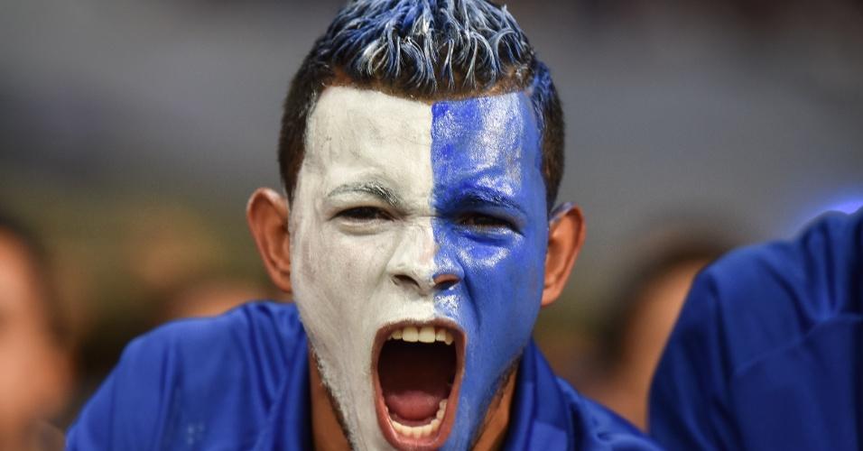 Coração e rosto celeste: torcedor do Cruzeiro pintou o rosto de azul e branco
