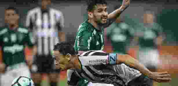 Ricardo Oliveira, do Santos, e Luan, do Palmeiras, durante disputa de bola no Allianz Parque - Ricardo Nogueira/Folhapress - Ricardo Nogueira/Folhapress