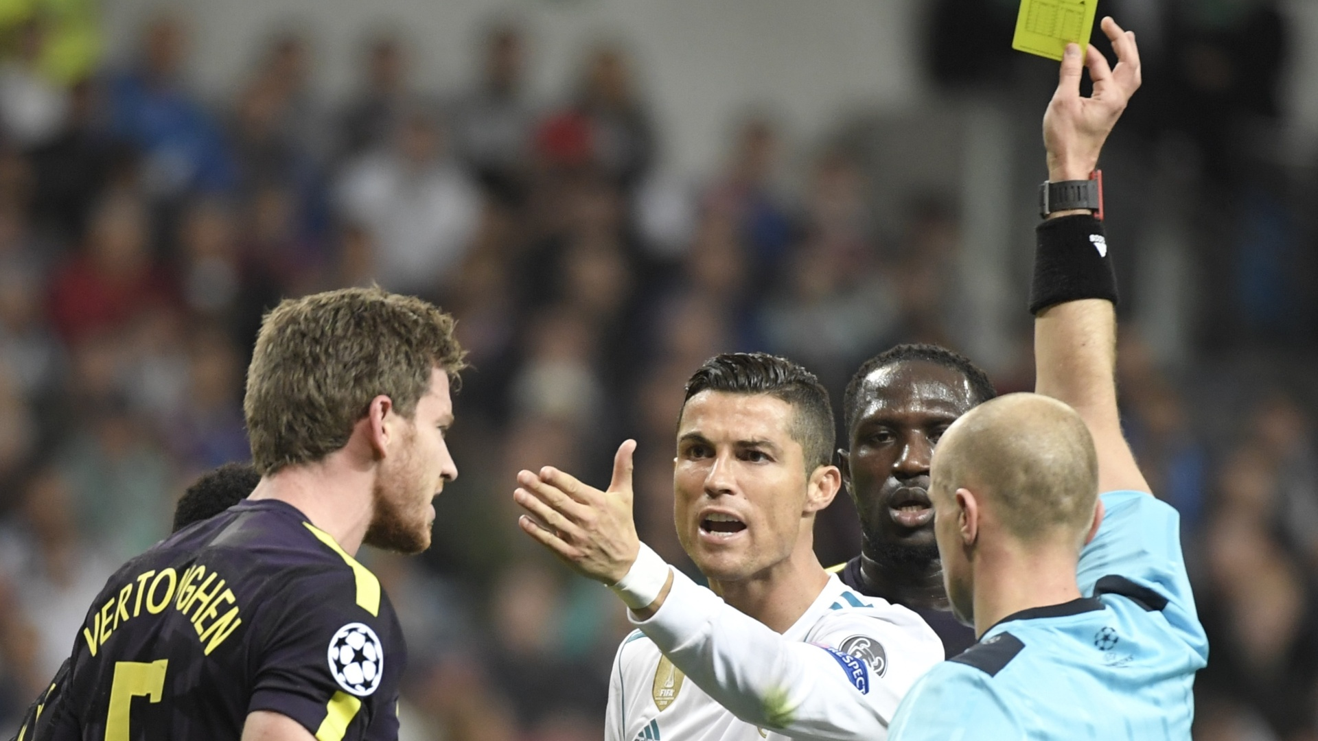 Cristiano Ronaldo leva cartão amarelo por discussão com Vertonghen em Real Madrid x Tottenham
