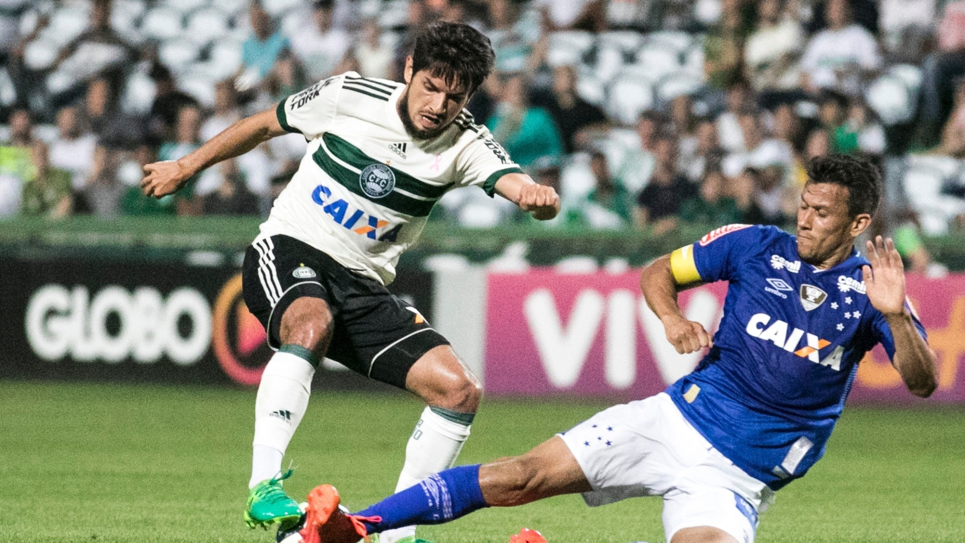 Henrique, do Cruzeiro, dá um carrinho em Tiago Real, do Coritiba