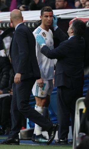 Cristiano Ronaldo é atendido após sofrer corte no rosto