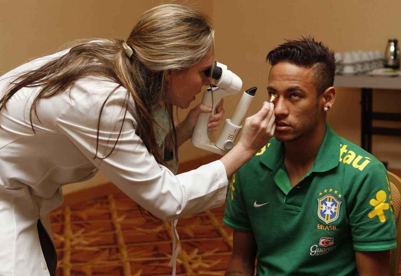 Neymar passa por exames de rotina na apresentação à seleção brasileira em 2013, antes da Copa das Confederações