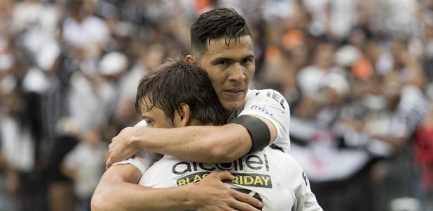 Balbuena e Romero se abraçam em jogo do Corinthians