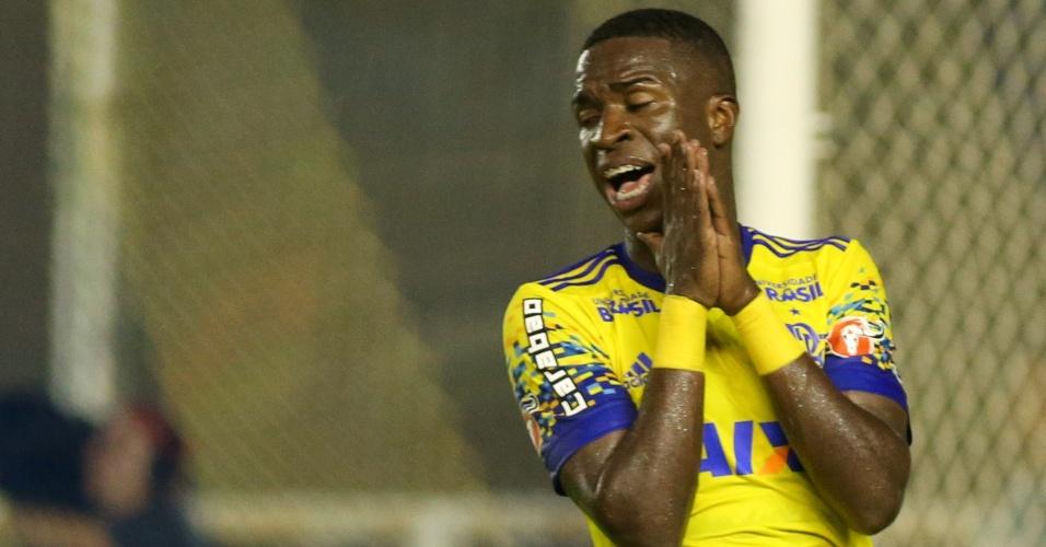 O atacante Vinicius Júnior lamenta chance perdida no jogo entre Macaé e Flamengo