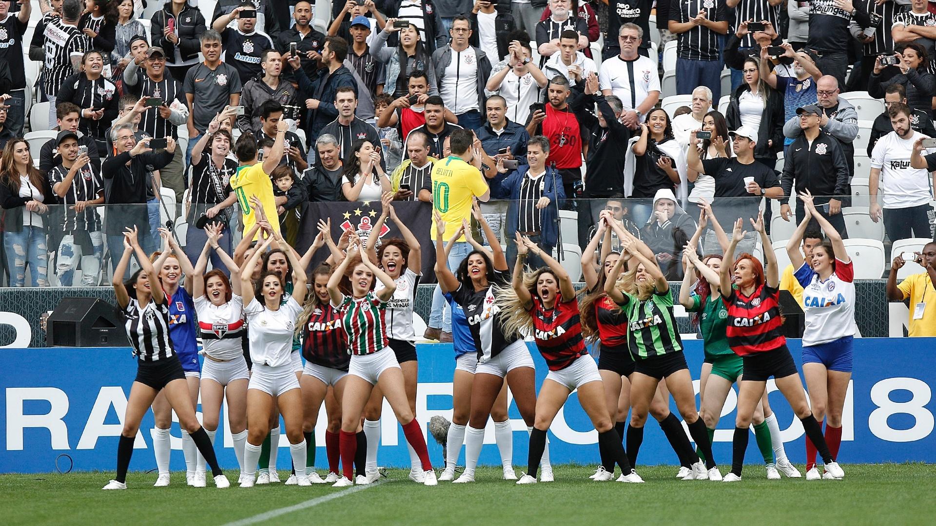 Marcos e Belutti fazem show na abertura do Brasileirão e dançarinas se apresentam com as camisas dos clubes