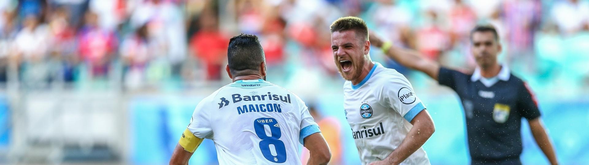 Maicon e Ramiro comemoram gol do Grêmio contra o Bahia