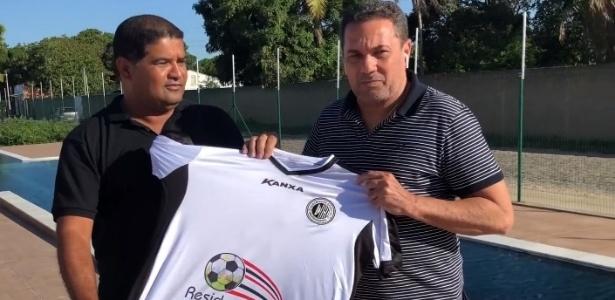 Luxemburgo recebe camisa do ASA das mãos de Moisés Machado, presidente do clube - Divulgação/Asa