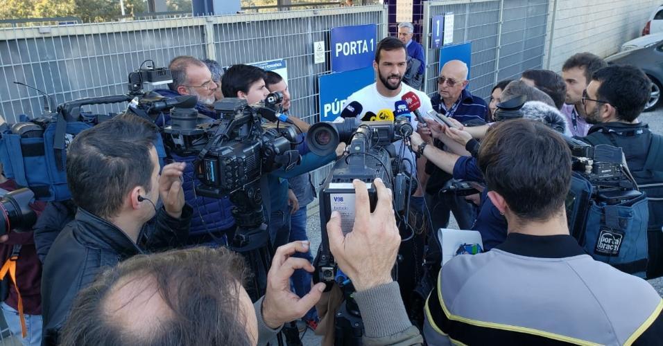 Goleiro Muriel é cercado pela imprensa portuguesa