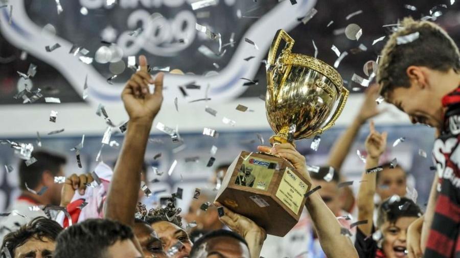 Troféu do Campeonato Carioca 2019 nas mãos dos jogadores do Flamengo - Alexandre Vidal / Flamengo