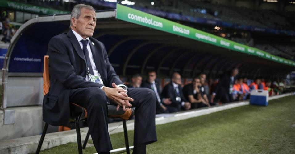 Óscar Tabárez, durante partida entre Uruguai e Equador
