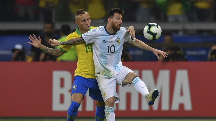 Everton Cebolinha marca Messi durante vitória do Brasil sobre a Argentina no ano passado - Pedro UGARTE / AFP
