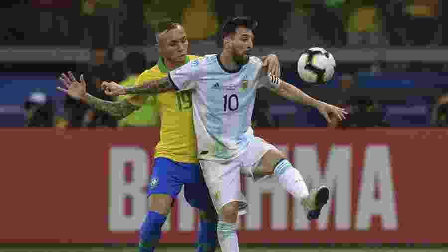 Argentinos reclamam de dois pênaltis não marcados na vitória brasileira da semifinal da Copa América - Pedro Ugarte/ AFP