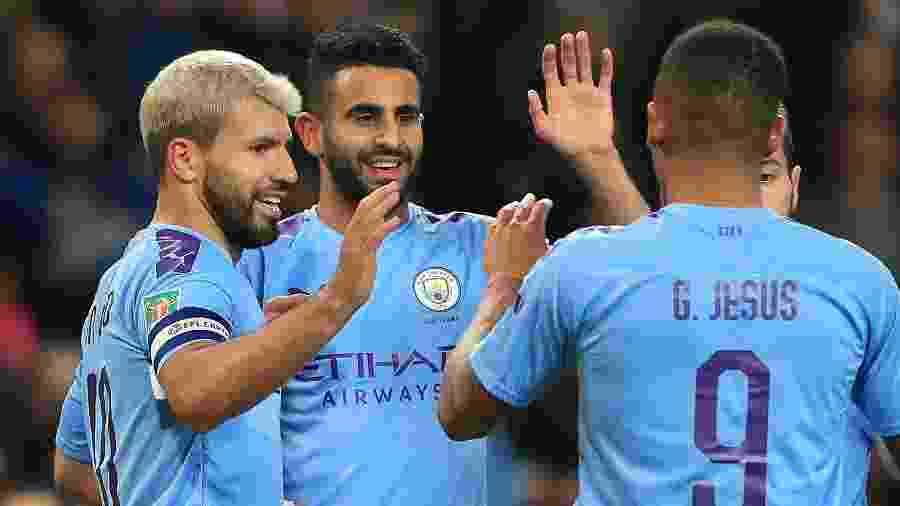 Aguero (esq.) comemora gol do Manchester City contra o Southampton - Lindsey Parnaby / AFP