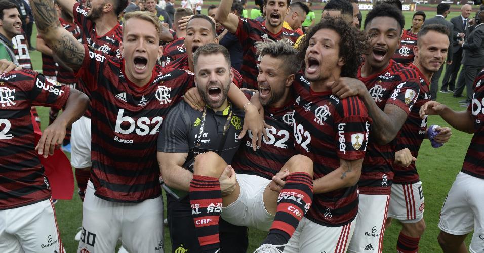 Jogadores erguem Diego durante comemoração do título da Libertadores