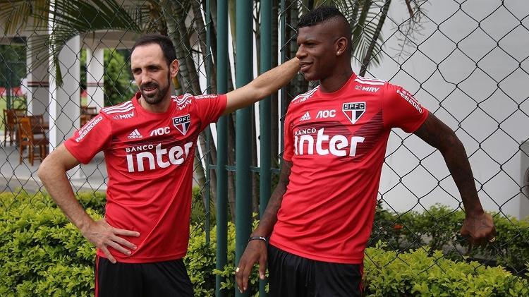 O experiente lateral espanhol Juanfran conversa com Arboleda durante treino do São Paulo - Rubens Chiri/saopaulofc.net