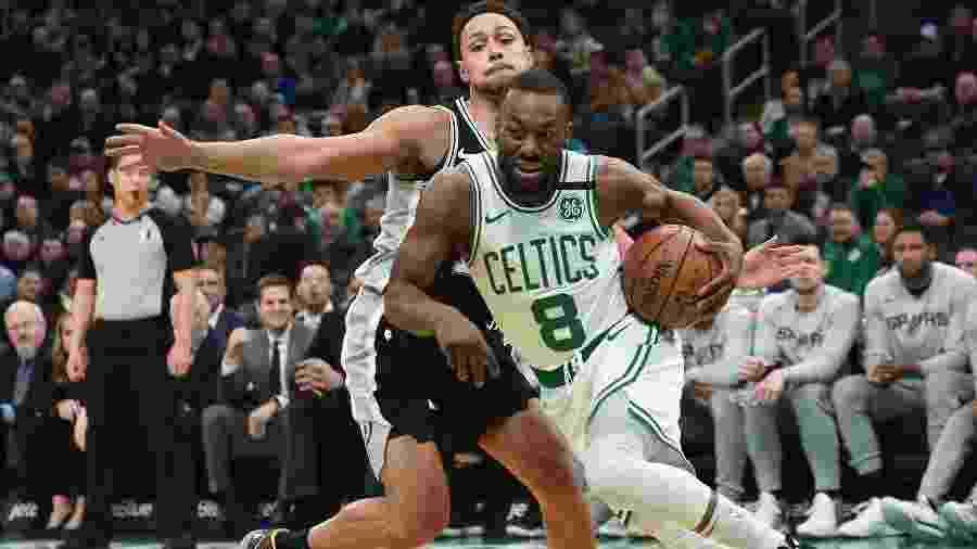 Kemba Walker, do Boston Celtics, passa pelo marcador Bryn Forbes, do San Antonio Spurs, durante jogo da NBA - Bob DeChiara/USA Today Sports