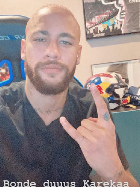 Neymar exibe novo visual careca