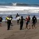 Campeão mundial de surfe é detido pela polícia por surfar em quarentena
