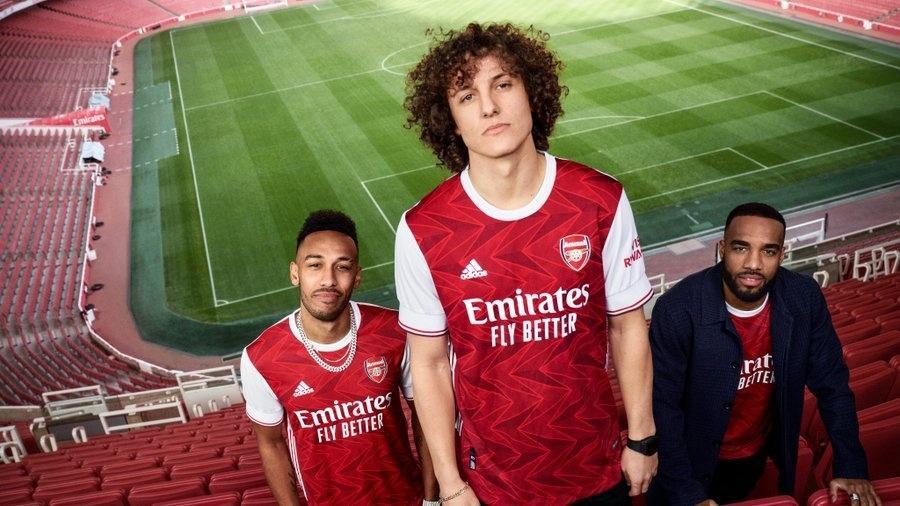 Os jogadores do Arsenal apresentam as novas camisas do clube - Arsenal/Divulgação
