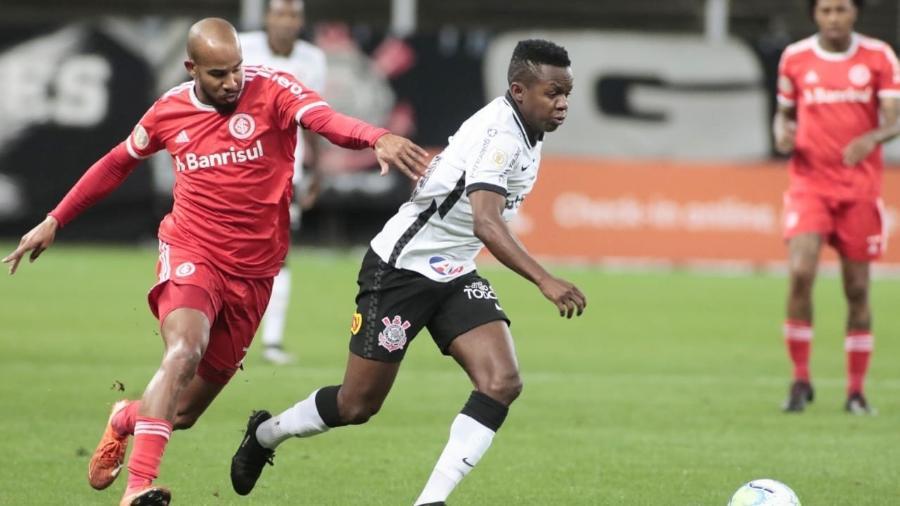 Cazares domina a bola durante o duelo entre Corinthians e Inter - Rodrigo Coca/Agência Corinthians