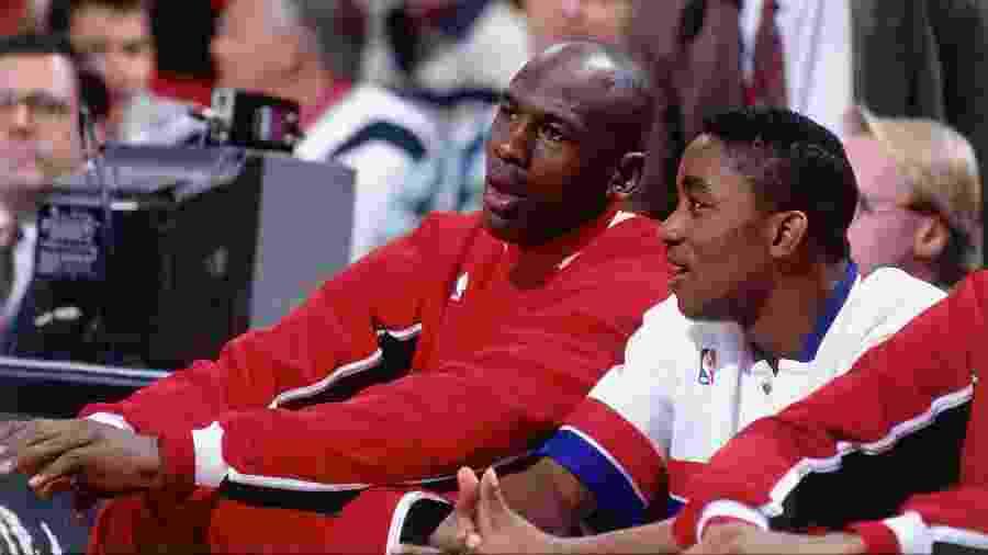 Isiah Thomas (esquerda) quer resolver diferenças com Michael Jordan (direita) na TV, segundo jornal - Nathaniel S. Butler/NBAE via Getty Images