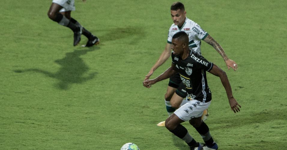 Pablo Thomaz e Kanu disputam bola em Coritiba x Botafogo, jogo do Brasileirão