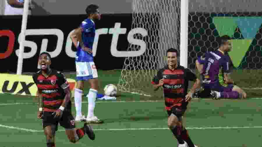 Jogadores do Oeste comemoram gol marcado contra o Cruzeiro em jogo da Série B - Fernando Moreno/AGIF