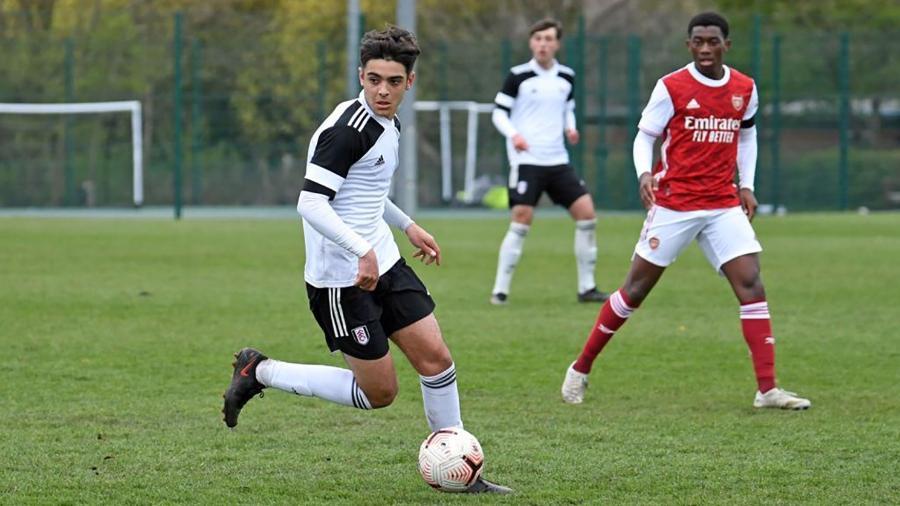 Matthew Dibley-Dias, jogador das categorias de base do Fulham, em partida contra o Arsenal - Divulgação