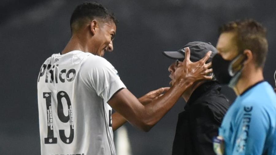 Bruno Marques cumprimenta Holan em vitória sobre o Inter de Limeira - Ivan Storti