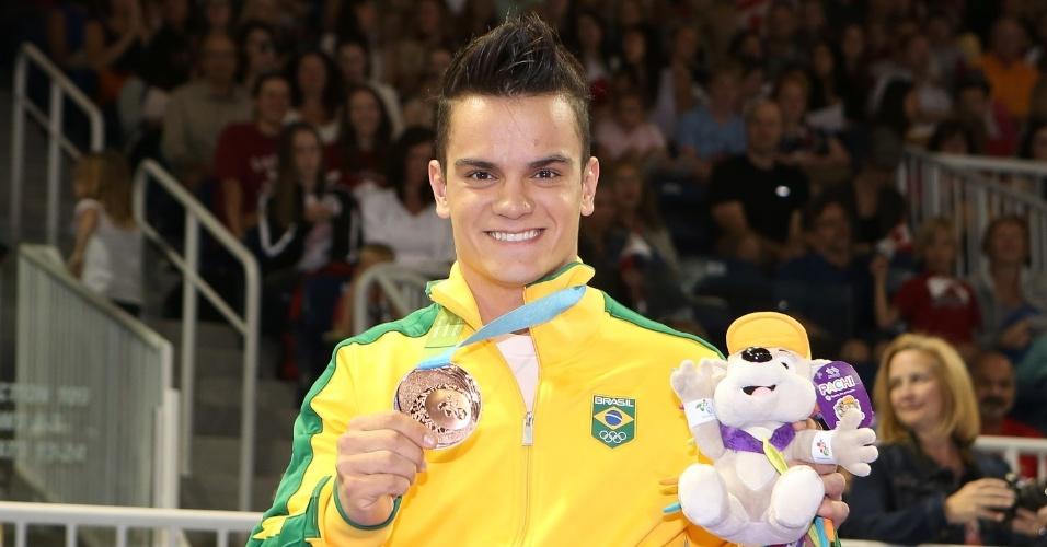 Caio Souza exibe a medalha de bronze conquistada na final do salto sobre a mesa