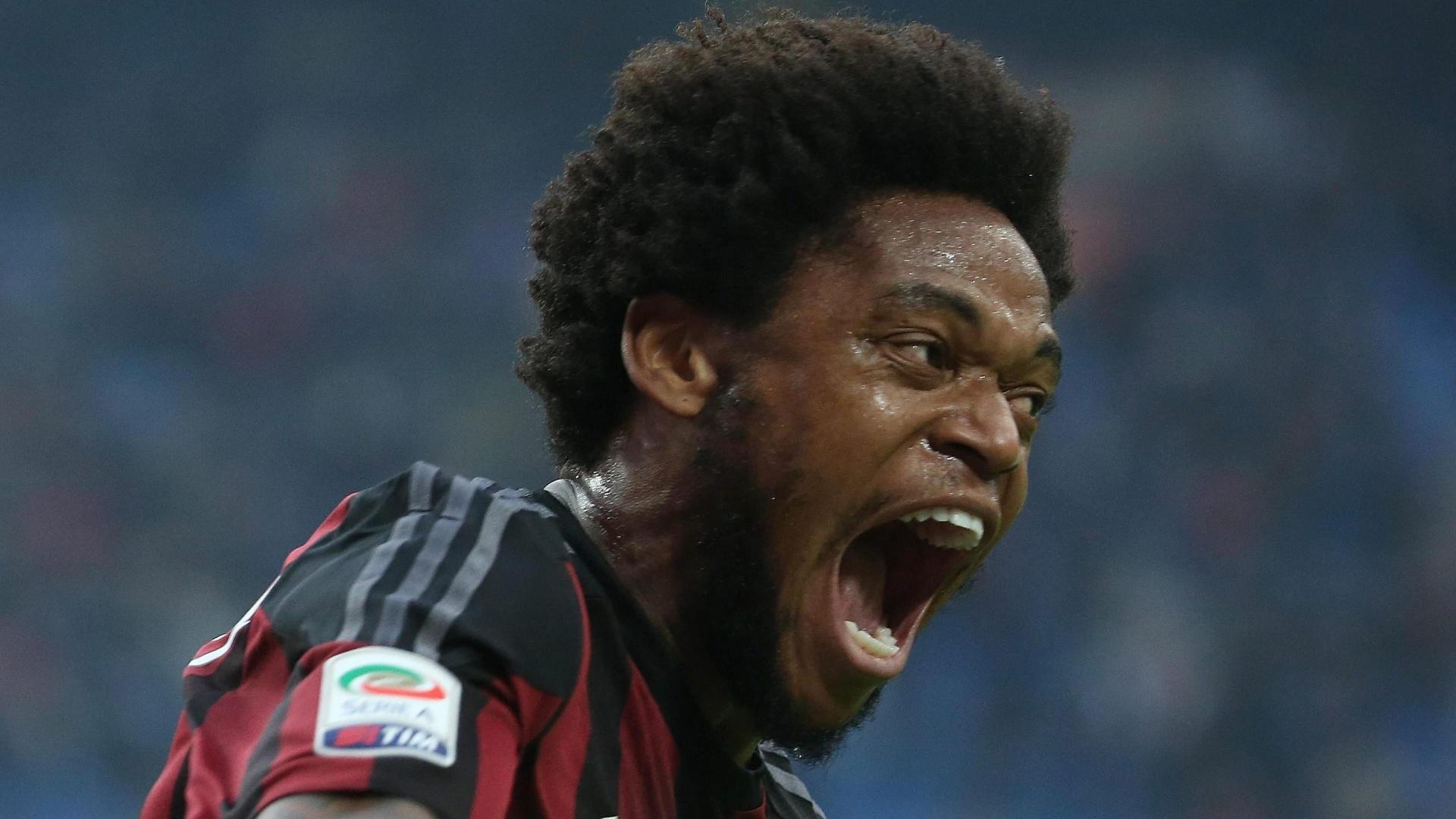 Luiz Adriano comemora após marcar o gol da vitória do Milan contra o Sassuolo, pelo Campeonato Italiano