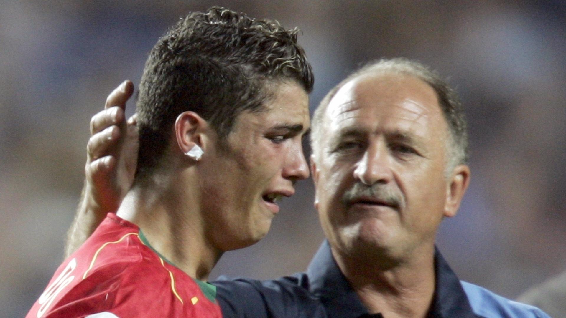 Luiz Felipe Scolari, técnico da seleção portuguesa, consola Cristiano Ronaldo após a derrota na final da Eurocopa de 2004 para a Grécia