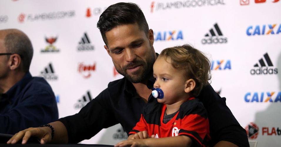 Diego observa o filho durante coletiva de apresentação no Flamengo