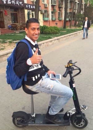 Ralf em Beijing: ida aos treinamentos é com patinete motorizado