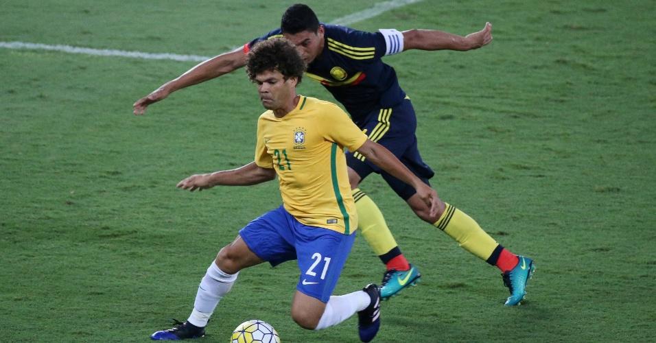 Camilo tenta se livrar da marcação de Bocanegra