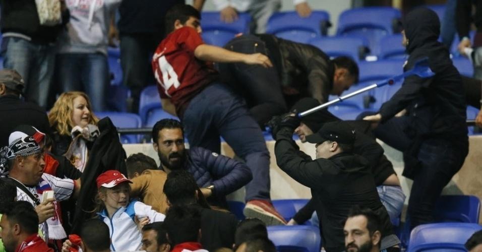 Homem usa uma muleta durante confusão entre torcedores do Lyon e do Besiktas