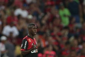 """Vinicius Júnior é tratado como """"popstar"""" e entra com """"qualidade"""" no Fla"""