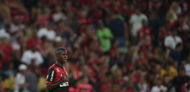 Vinicius Júnior renovou o contrato com o Flamengo após reunião nesta segunda (15)