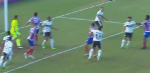 Kleber acerta soco em Edson na partida entre Coritiba e Bahia pelo Campeonato Brasileiro 2017