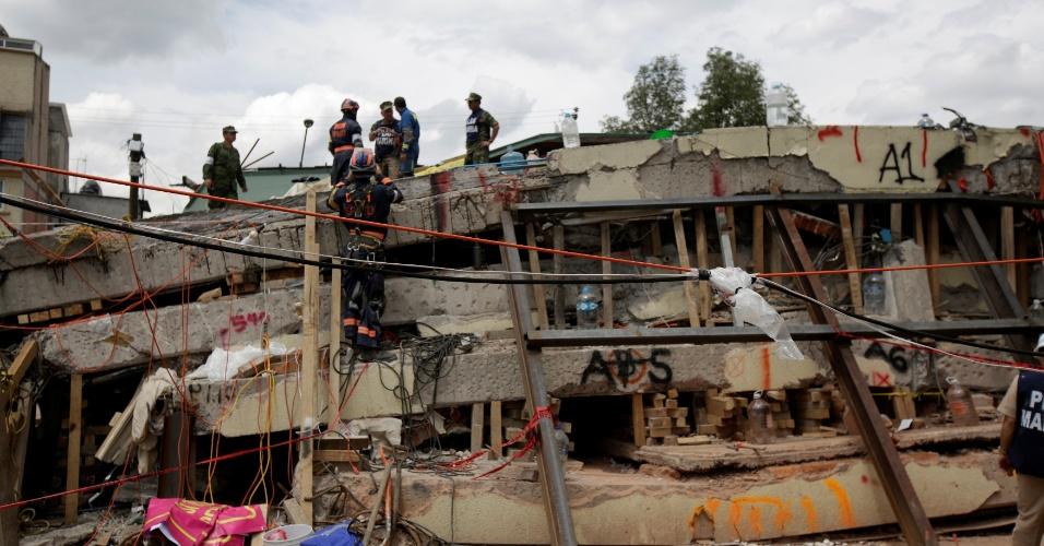 Garoto fã de Messi foi encontrado sob os escombros de escola destruída no México