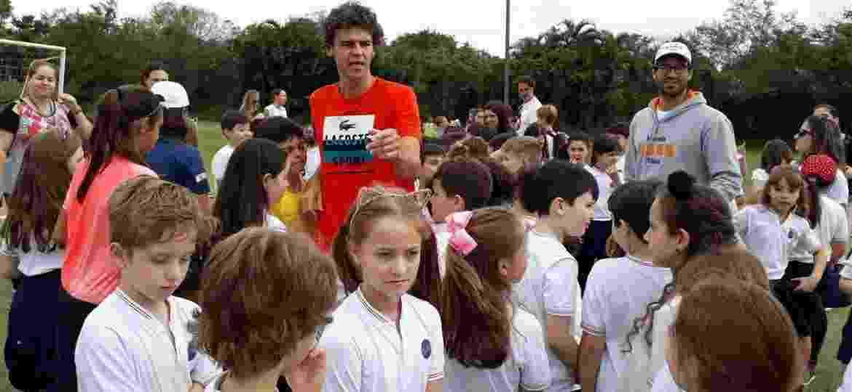 Gustavo Kuerten comanda atividade lúdica com crianças do projeto social Sombra e Água Fresca, durante a Semana Guga Kuerten - 2017 - Carlos Padeiro / ESPORTE(ponto final)