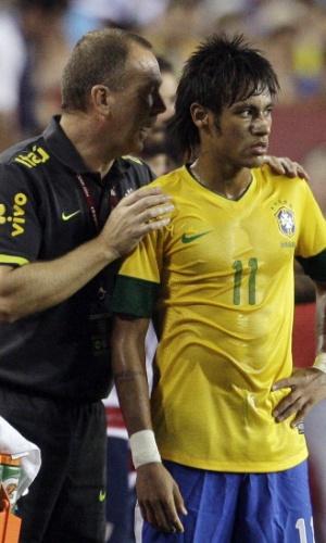 Neymar é orientado pelo técnico Mano Menezes durante amistoso entre Brasil e EUA, em 2012
