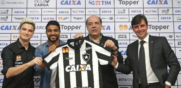 aa1b57f4336b1 Reforço bancado por Felipe Neto encara dúvida por permanência no Botafogo