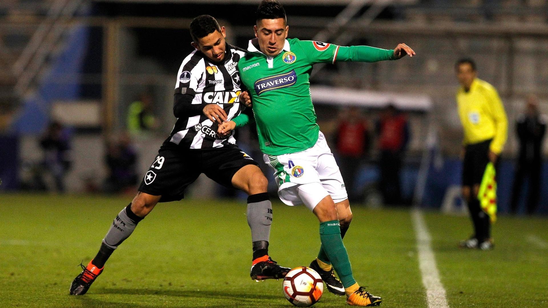 Leandro Carvalho e Osvaldo Bosso disputam a bola no jogo entre Audax Italiano e Botafogo