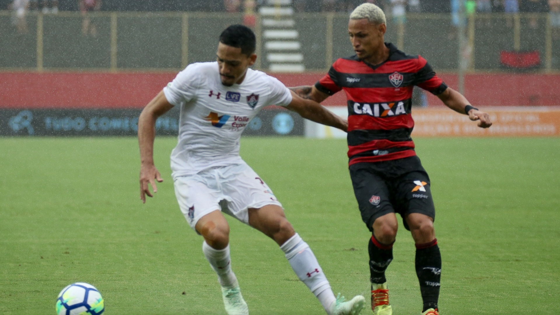 Gilberto e Neilton disputam bola em Vitória x Fluminense pelo Campeonato Brasileiro