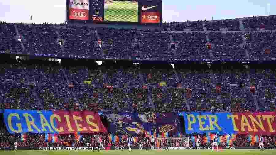 Torcedores do Barcelona agradecem a Andres Iniesta em Barcelona x Real Sociedad - Josep LAGO/AFP PHOTO