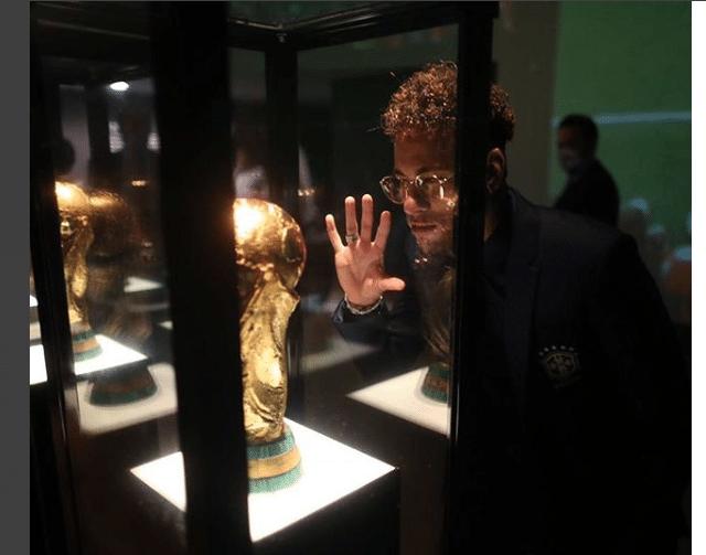 Neymar posta foto com troféu da Copa