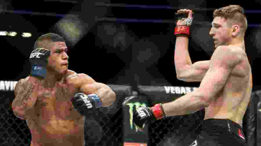 "Gilbert ""Durinho"" Burns (esq.) luta com Dan Hooker no UFC 226 - Rigel Salazar/ Ag Fight"