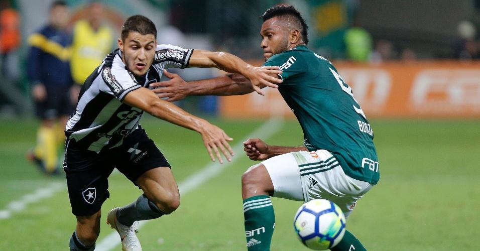 Marcinho tenta passar por Borja no jogo entre Palmeiras e Botafogo