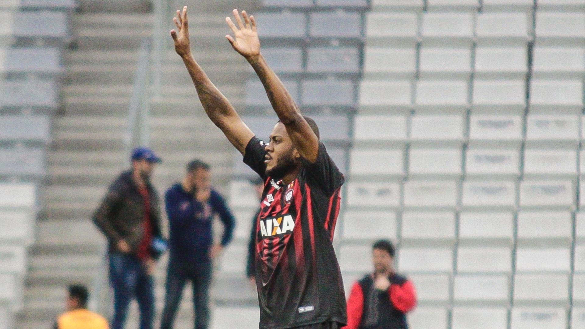 Marcelo Cirino comemora gol do Atlético-PR sobre o América-MG